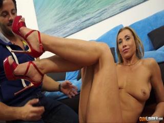 Секс с молодой блондинкой в черных чулках на диване дома у парня и его девушки