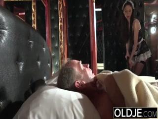 Русская порнуха с молодыми девушками и зрелыми мужчинами дома на кровати у себя доме - смотреть онлайн