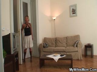 Мамаша-блондинка трахается с парнем дочки