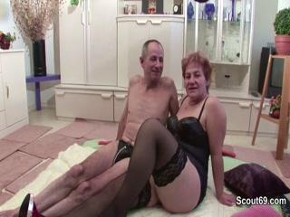 Зрелую блондинку трахают в попу и рот две лесбиянки с большими сиськами
