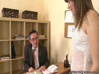 Русское порно видео со зрелой училкой и учеником на диване