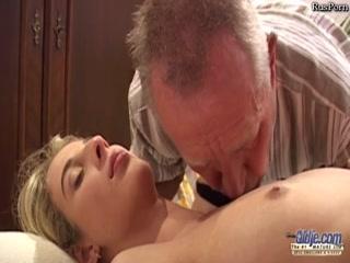 Старый опытный мужик трахнул блондинку на столе и кончил ей прямо внутрь пизды
