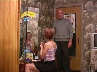 Отец трахает дочь в киску на диване и кончает ей прямо во влагалище, получая оргазм