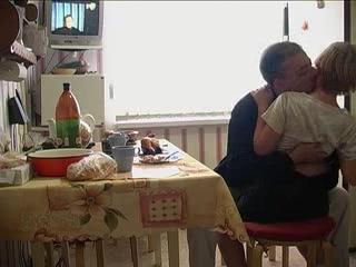 Русское порно инцест со зрелой мамой и ее молодым сыном дома у отчима, который любит трахать молодых девушек