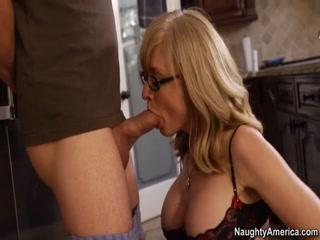 Порно видео мамы с сыном дома на диване в гостиной комнате